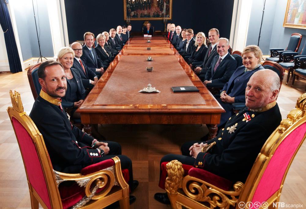 Regjeringen Solberg ved kongens bord. Foto.