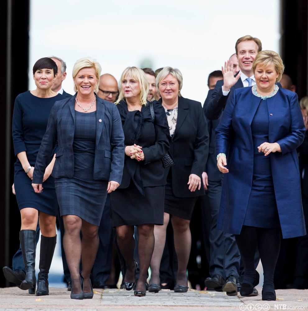 Statsminister Erna Solberg og finansminister Siv Jensen kommer sammen med den påtroppende regjeringen høsten 2013