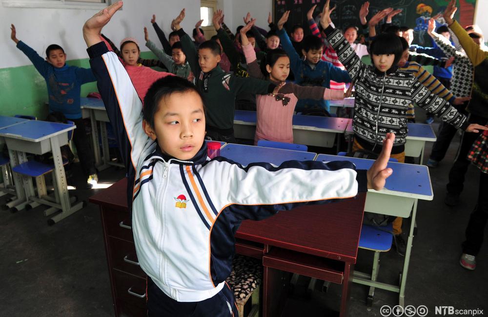 Elever gjør øvelser i klasserommet. Foto.