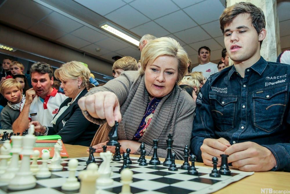Erna Solberg og Magnus Karlsen møtes til sjakkspill på Norges toppidrettsgymnas i Bærum
