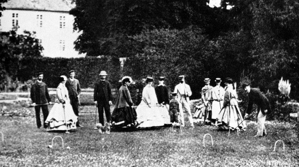 En gruppe kongelige ved Bernstoff slott i Danmark. Inkludert kongen og dronningen av Danmark og prinsessen av Wales. Foto fra 1866.