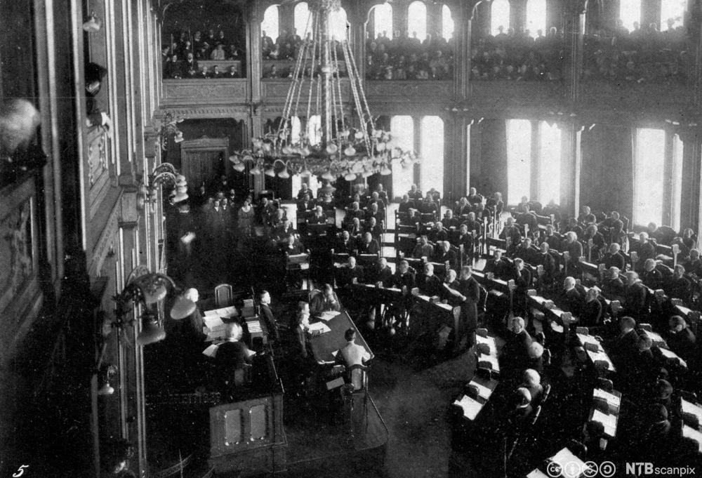 Stortinget under opplesning av erklæring om unionsoppløsning, 9. juni 1905. Foto.