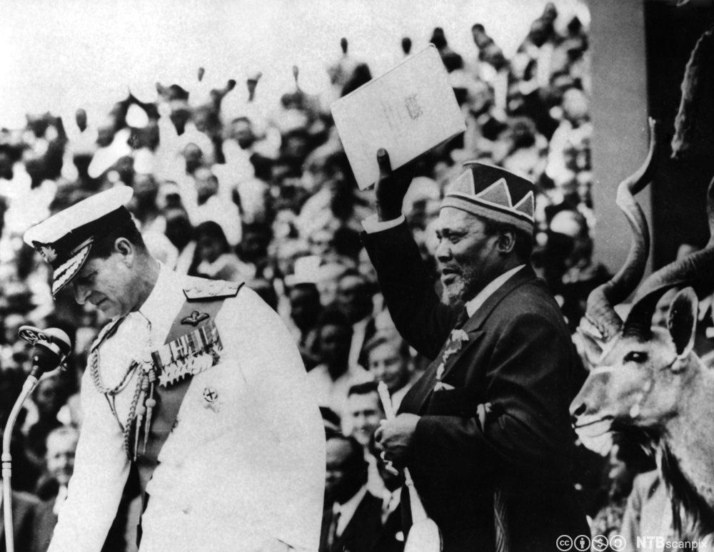 Storbritannias prins Philip gir offisielt Kenya sin selvstendighet, desember 1963. Foto.