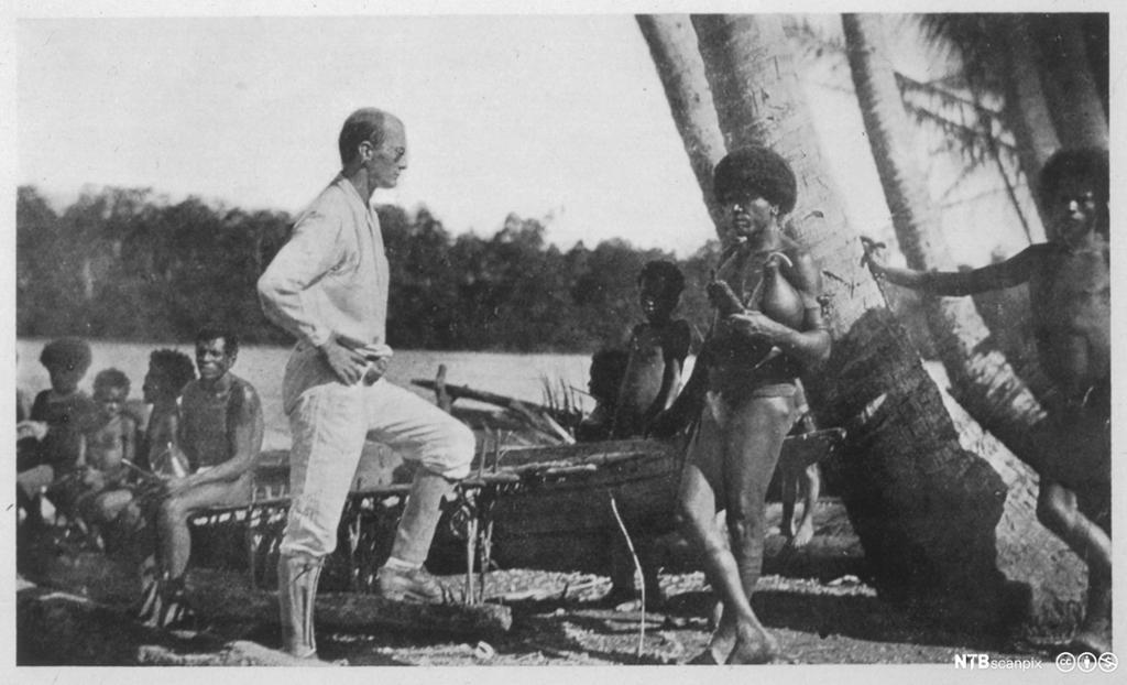 Hvit antropolog møter urbefolkning på sydhavsøy. Foto.