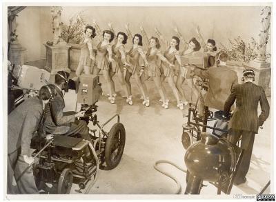 TV-opptak med dansere på  Windmill Theatre i London. Foto.