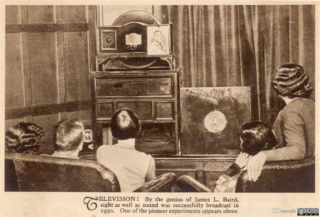 En familie ser på fjernsyn i 1030. Faksimile.
