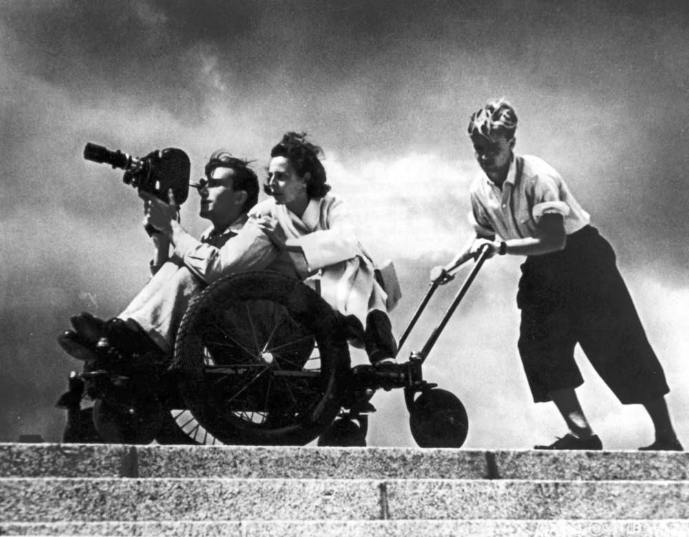 Filmregissør Leni Riefenstahl og kameramann Walter Frentz gjør filmopptak 1938.