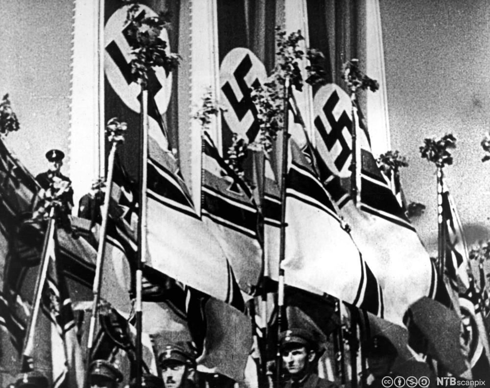 Nazsistene paraderer. Stillbilde fra filmen Viljens Triumf (Triumph des Willens) 1932.
