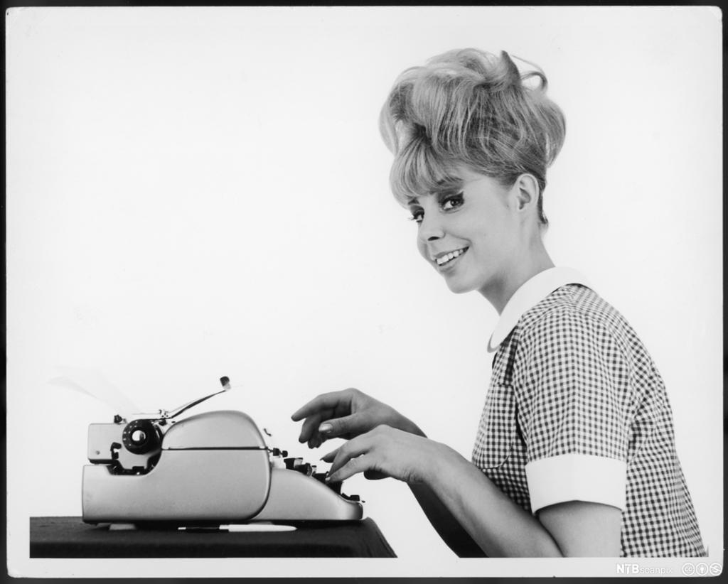 Kontordame skriver på skrivemaskin. 60-tallet. Foto.