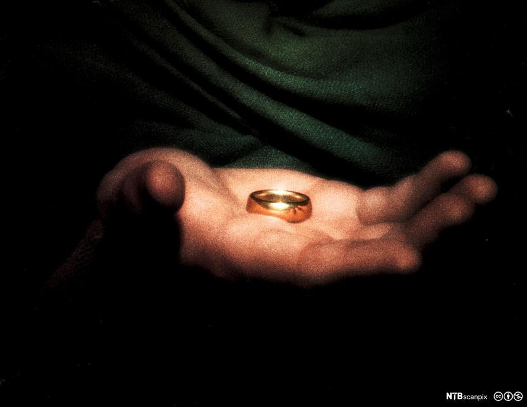 """Ringen, hovedsymbolet i filmen """"Ringenes herre"""", i handa på Frodo, filmkarakteren som skal sørge for å få tilintetgjort ringen. Nærbilde. Foto."""