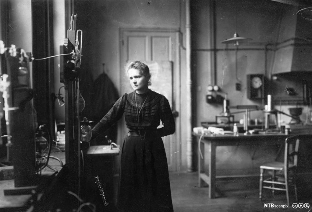 Marie Curie gjør observasjoner i et laboratorium. Foto.