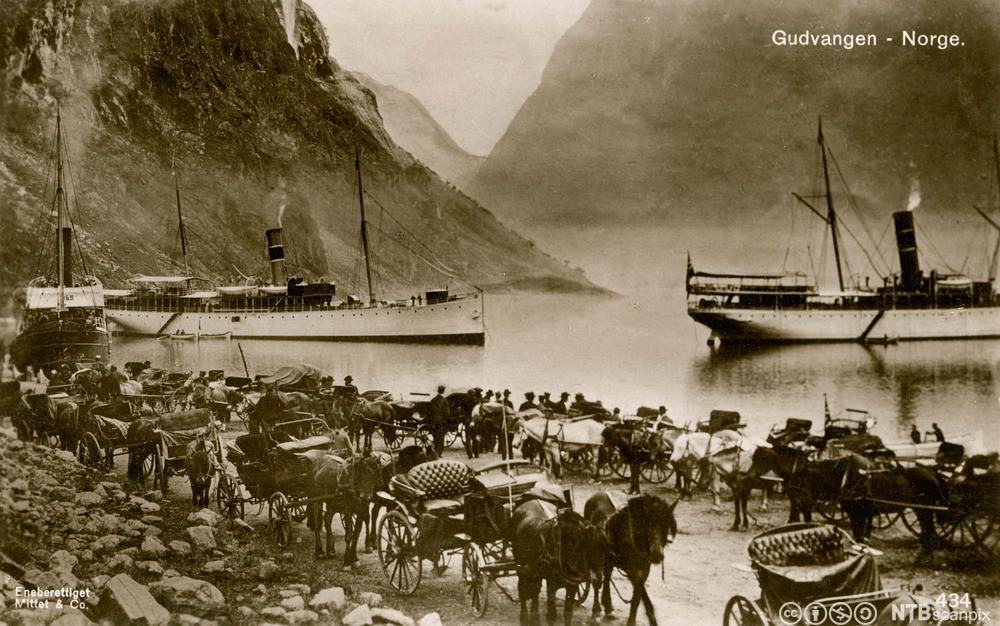 Turister ankommer Gudvangen med dampskip. Foto.