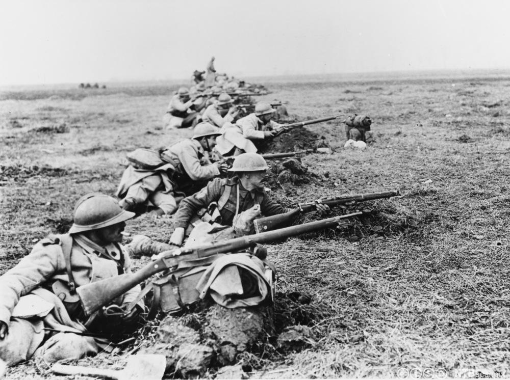 Britiske og franske soldater dekker en vei i slaget ved Somme på Vestfronten i Frankrike under første verdenskrig i mars 1918. Foto.
