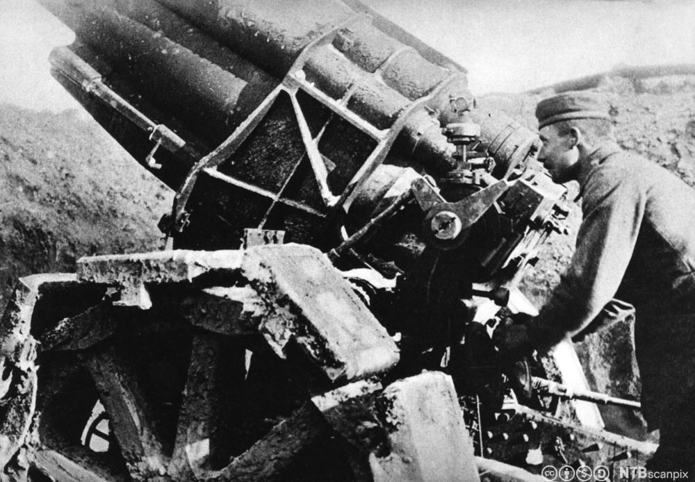 Tysk artillerist med tungt artilleri i nærheten av Verdun under første verdenskrig. Foto.