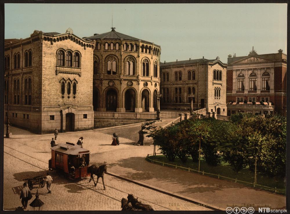 Stortingsbygningen på slutten av attenhundretallet. Foto.