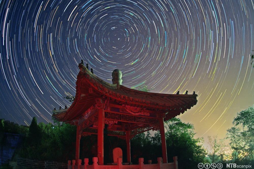 Stjernehimmel over pagoda. Foto.
