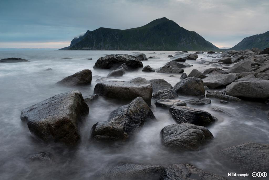 Bølger slår innover kysten. Foto.