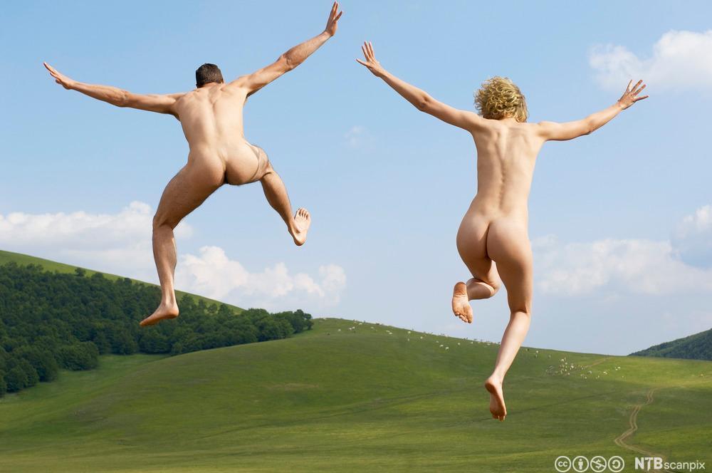 To personer uten klær som hopper. Foto.