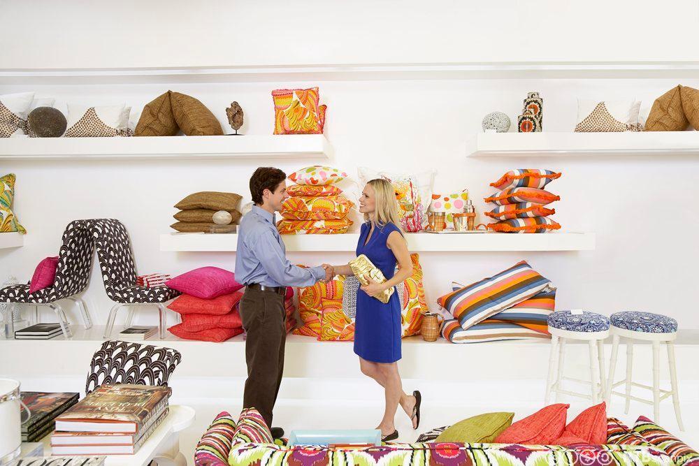 Selger hilser på en kunde. Foto.