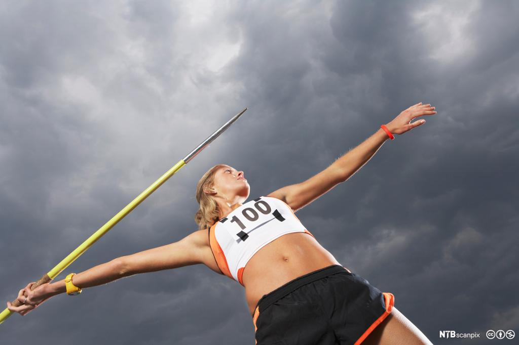 Kvinne kaster spyd. Foto.