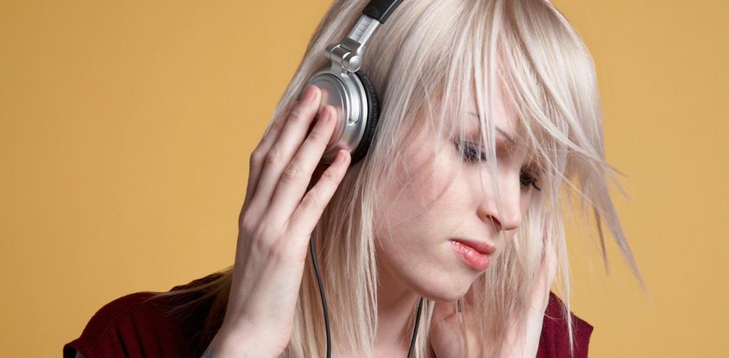 Ung kvinne med hodetelefoner. Foto.