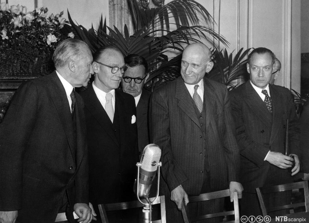 Møte i Luxembourg om etablering av Kull- og stålunionen i 1952. Fra venstre den tyske kansler Konrad Adenauer, tysk utenriksminister Ludger Westrick, fransk utenriksminister Robert Schuman og fransk handelsminister Jean-Marie Louvel. Foto.