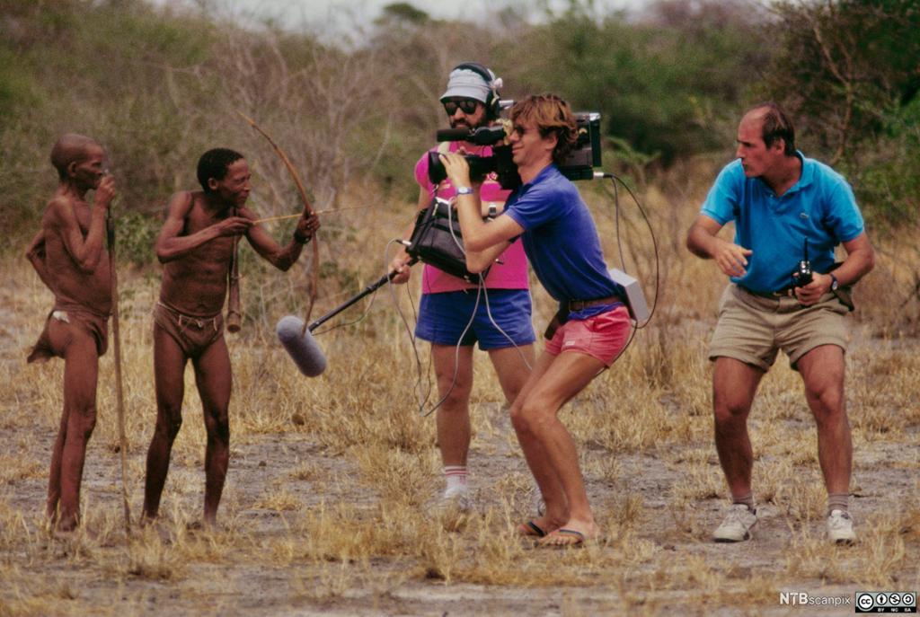 Fransk TV-team filmer stammefolk i Tsodilo Hills, Botswana. Foto.