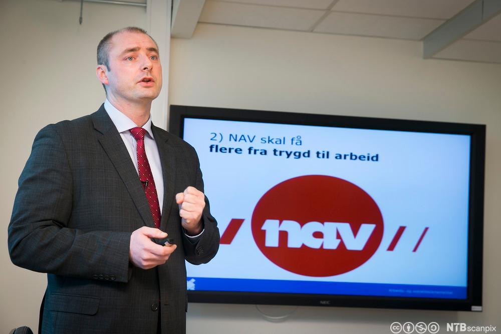 Arbeids- og sosialminister Robert Eriksson presenterer endringer i NAV. Foto.