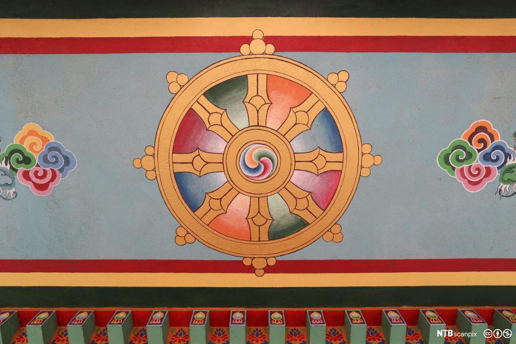 Hjul med åtte eiker. Maleri.