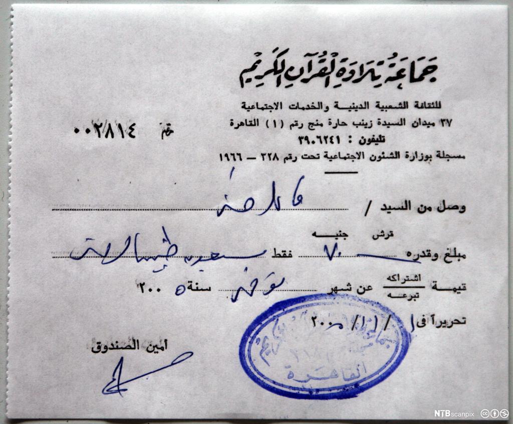 Et dokument med arabisk skrift og stempel. Foto.