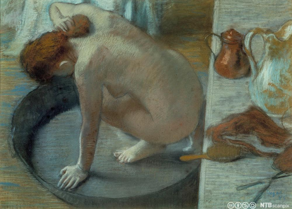 Ei kvinne vaskar seg i ein stamp. Maleri.