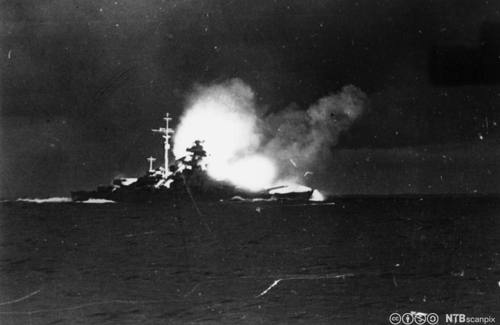 Krigsskipet Bismarck senkes 27. mai 1941. Foto.