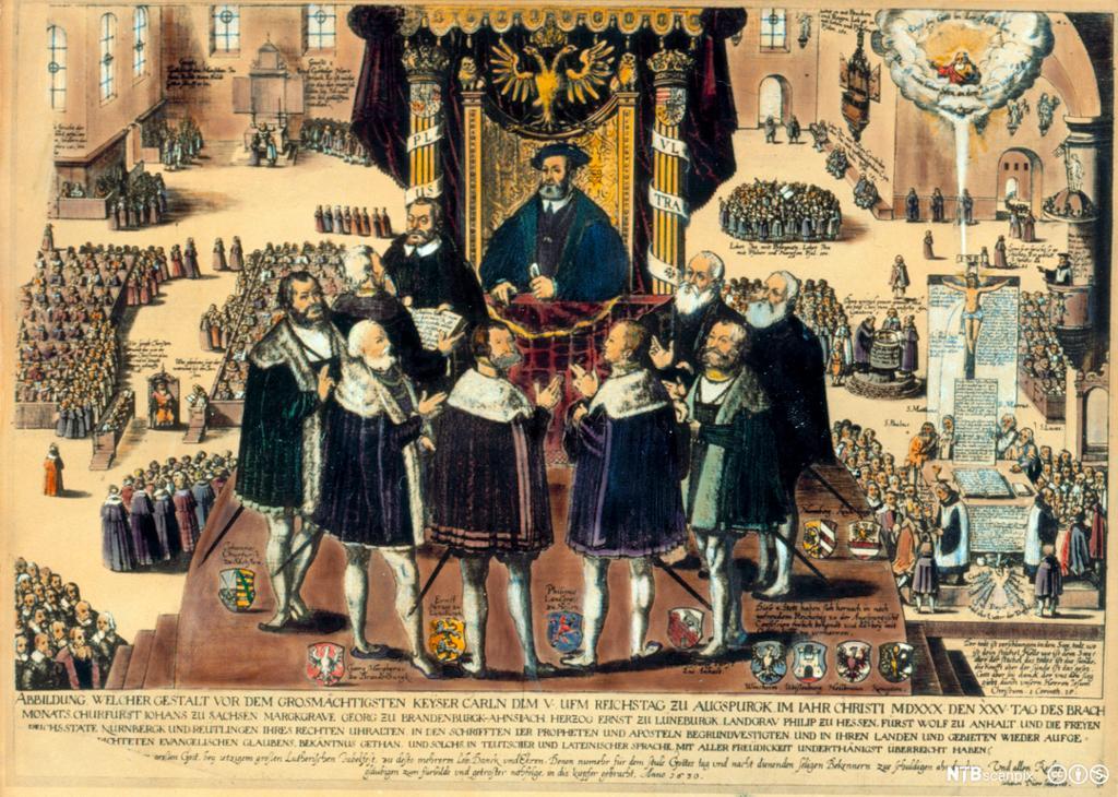 Ni personer kledd i kapper står rundt en person som sitter på en trone. En av mennene holder fram et dokument. Kobberstikk.