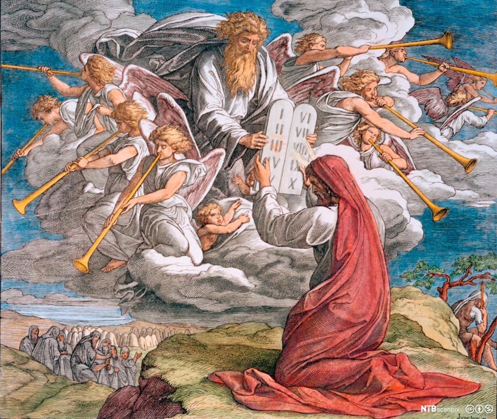 Moses mottar steintavlen med de ti bud fra Gud. Gud kommer ut av en sky og er omgitt av engler som spiller på basuner. Fargelagt trykk.