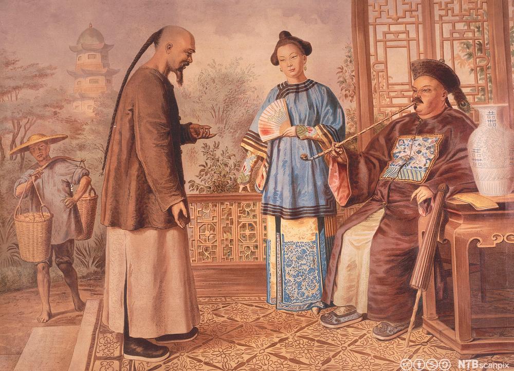 Kinesisk embetsmann røker pipe mens han snakker med en tjener. Maleri.