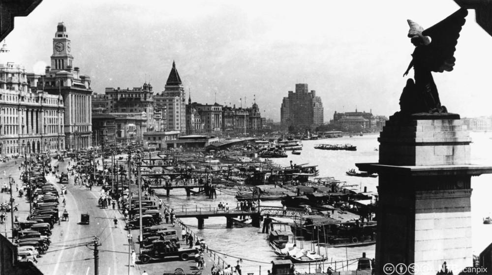Yrende liv av folk og biler langs havnepromendanen i Shanghai ca. 1930. Foto.