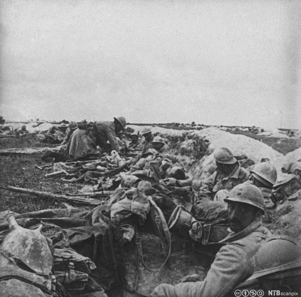Franske soldater i skyttergrav under slaget ved Verdun i 1916. Foto.