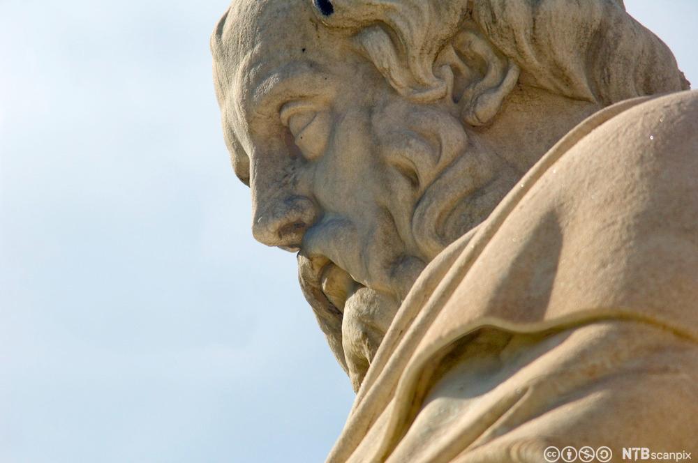 Sittende statue av Platon i Athen. Foto.