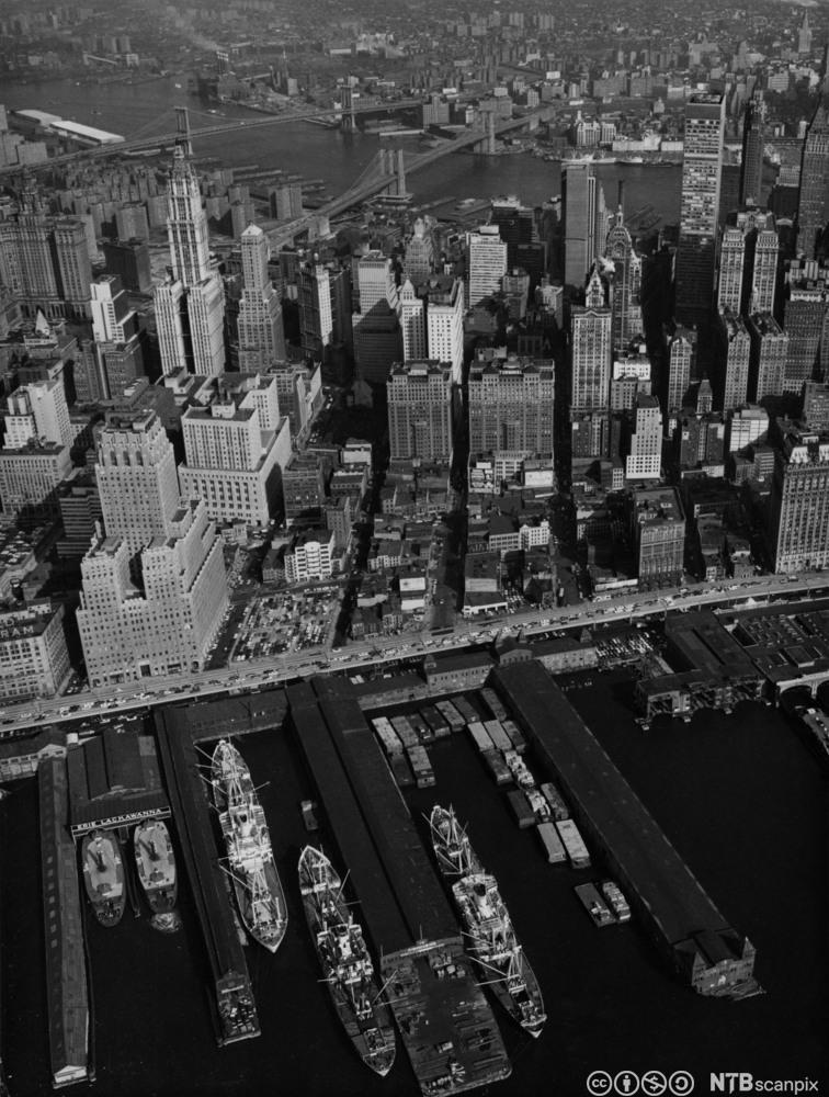 Skip til kai i Hudson River, Manhattan 1965. Foto.