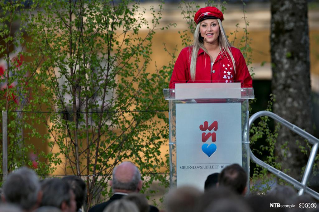 En russ holder 17. mai-tale foran en folkemengde på Eidsvoll. Foto.
