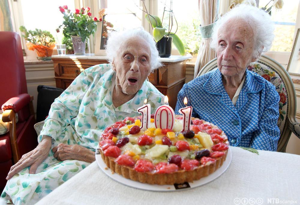 Eit tvillingpar feirar 101-års dagen sin med kake.