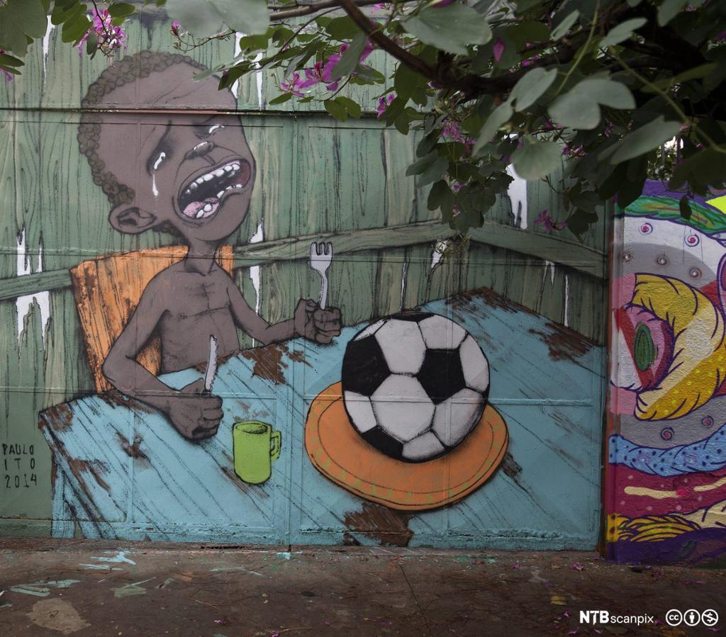 Grafitti som viser et gråtende brasiliansk barn som ikke har noe annet å spise enn en fotball. Foto.