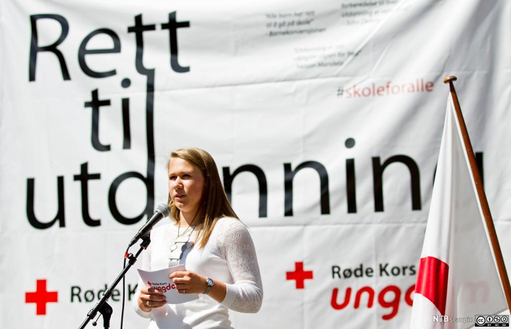 Charlott Nordström, leder i Røde Kors Ungdom, taler ved et arrangement. Foto.