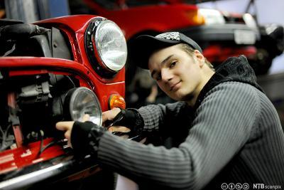 Ein gut reparerer lykta på ein bil. Foto.