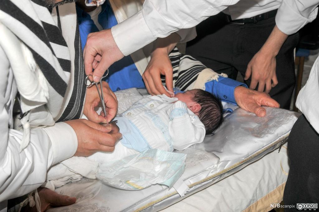 En guttebaby blir omskåret. Foto.