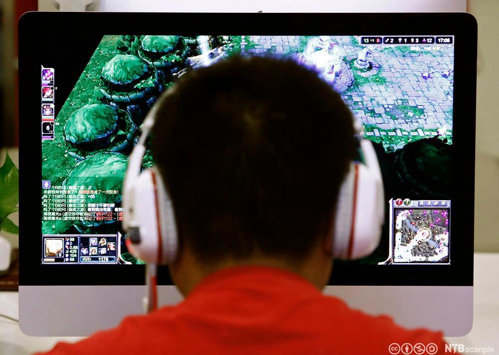 Ungdom spiller dataspill på internettcafe i Beijing. Foto.