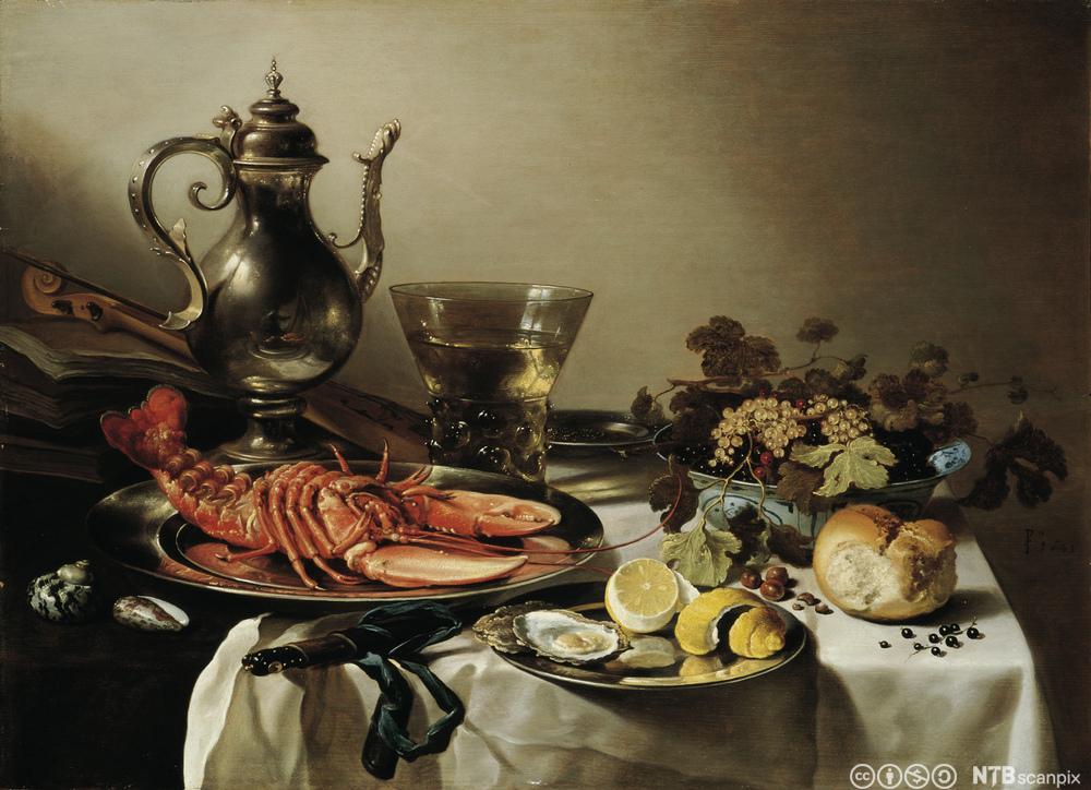 Eit bord som er dekt med eksklusive matrettar som hummar og østers. Foto.