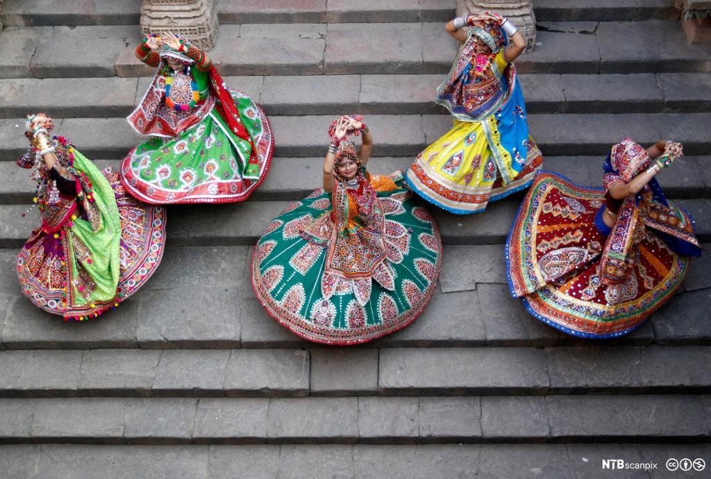 Kvinner i fargerike festdrakter som danser. Fugleperspektiv. Foto.