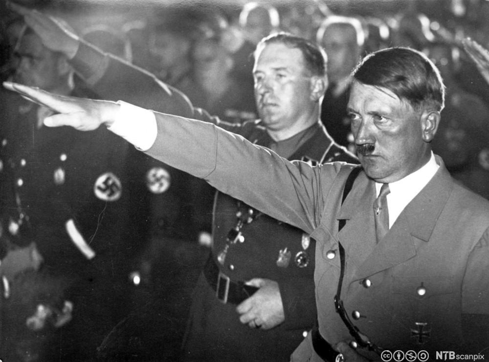 Adolf Hitler og borgermesteren i Nürnberg, Willy Liebel, gjør nazi-hilsen i 1933.