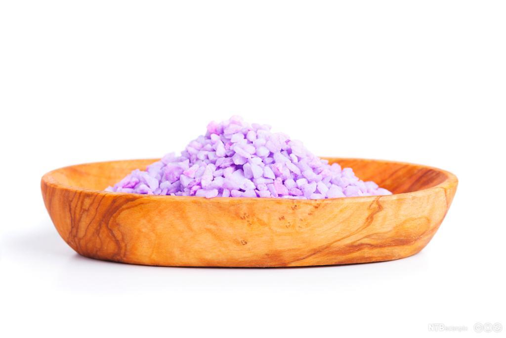 Trebolle med lilla badesalt. Foto.